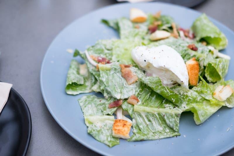 Salade cesar fraîche de plat photos stock