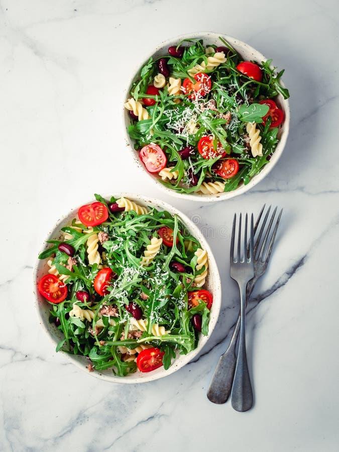 Salade chaude avec le thon, arugula, tomate, haricot, p?tes photographie stock libre de droits
