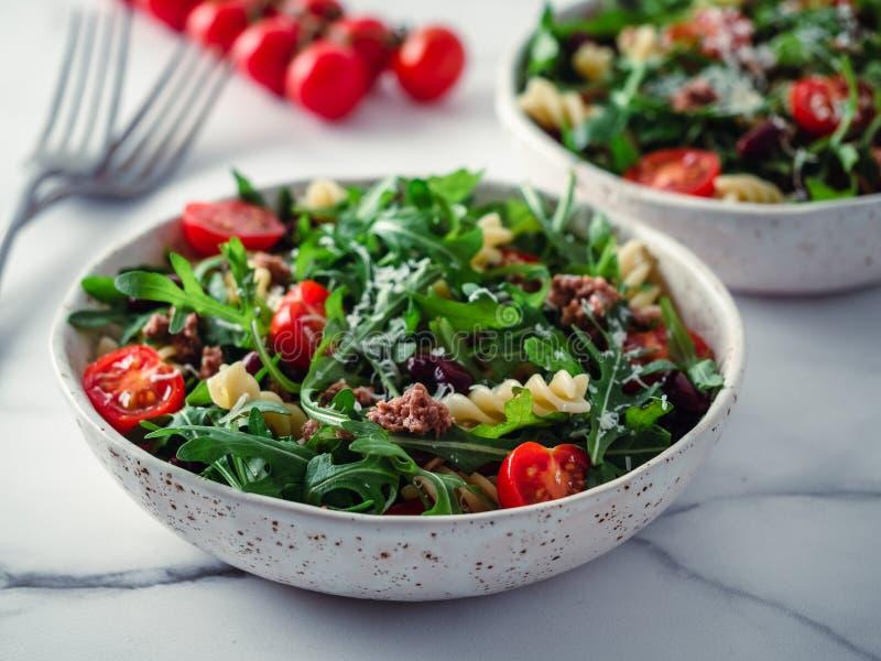 Salade chaude avec le thon, arugula, tomate, haricot, p?tes photos libres de droits