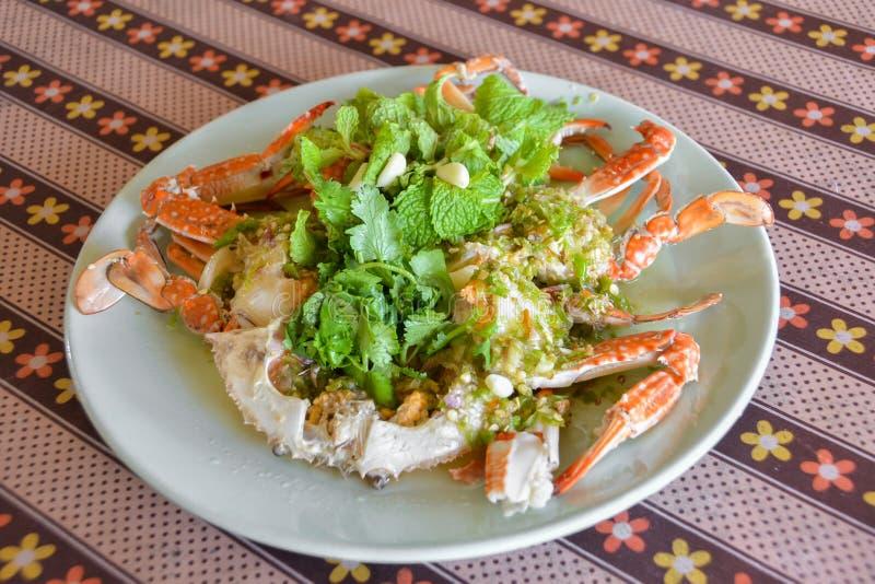 Salade chaude et épicée de style thaïlandais de mer de crabe photographie stock