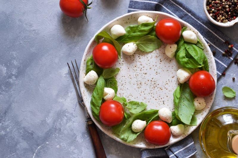 Salade classique de capresas avec des bébés mozapela et tomates cerises Cérémonie de Noël - salade de capresses Célébration photo stock