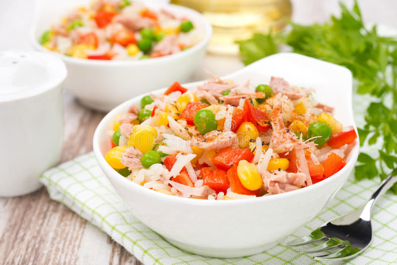 Salade colorée avec le maïs, les pois, le riz, le poivron rouge et le thon images stock