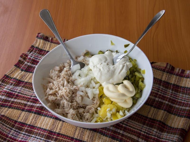 Salade coupée en tranches d'hiver dans une cuvette sur une table en bois couverte de t images stock