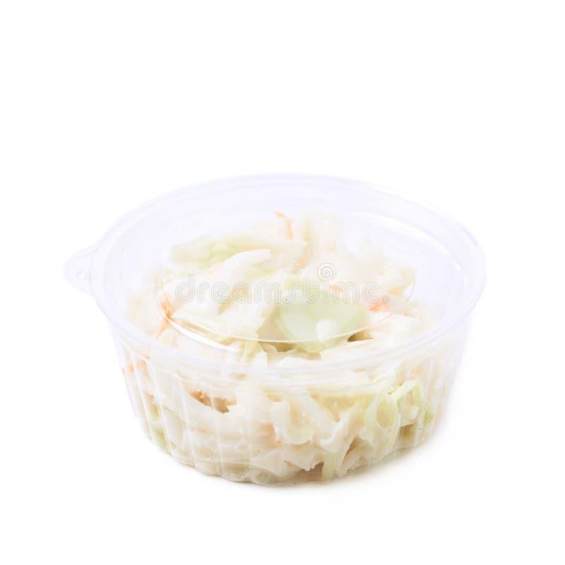 Salade crémeuse de salade de choux dans une boîte d'isolement images libres de droits