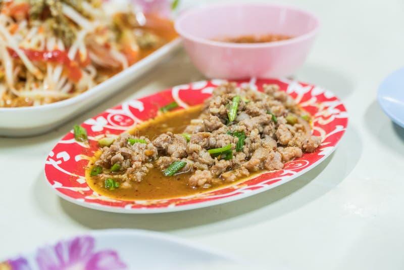 Salade croustillante épicée de porc de cuisine thaïlandaise, image stock