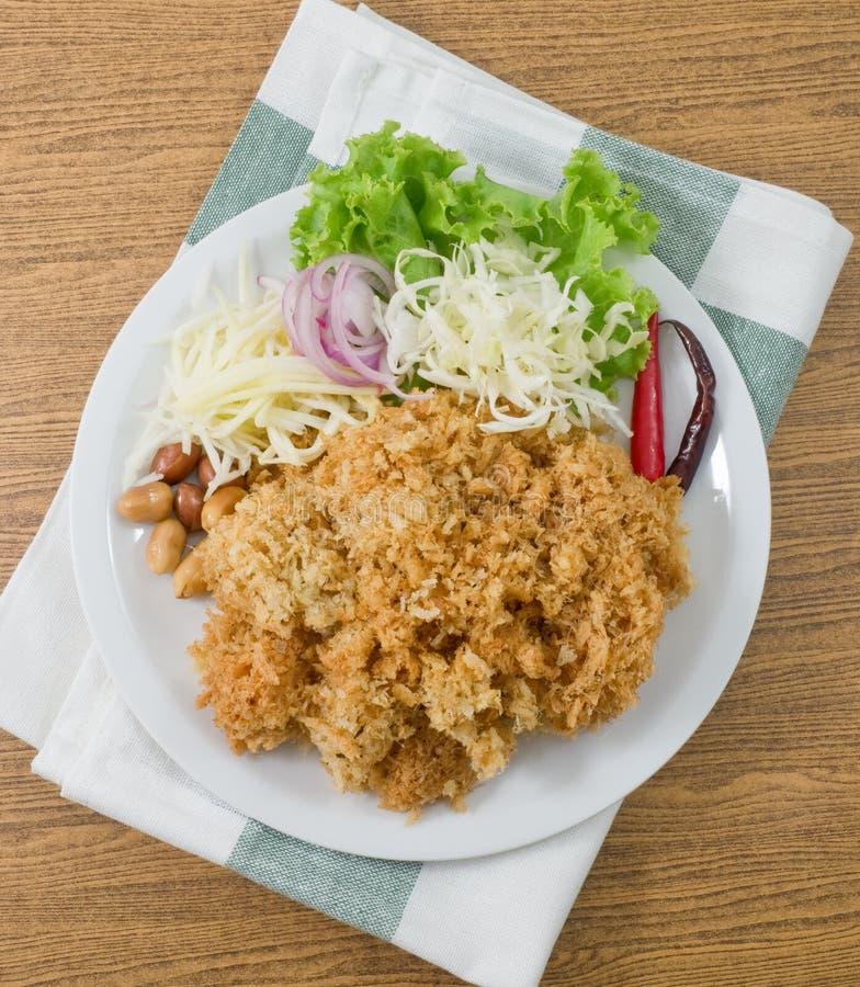 Salade croustillante de poisson-chat avec la mangue et le légume verts images stock