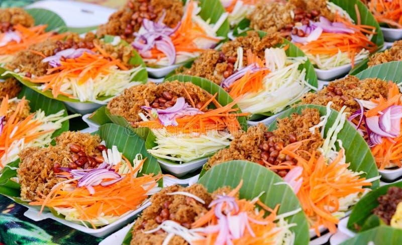 Salade croustillante de poisson-chat avec la mangue verte photographie stock libre de droits