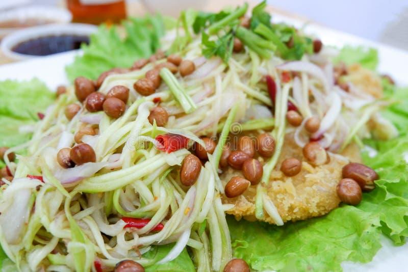 Salade croustillante de poisson-chat avec la mangue verte photo stock