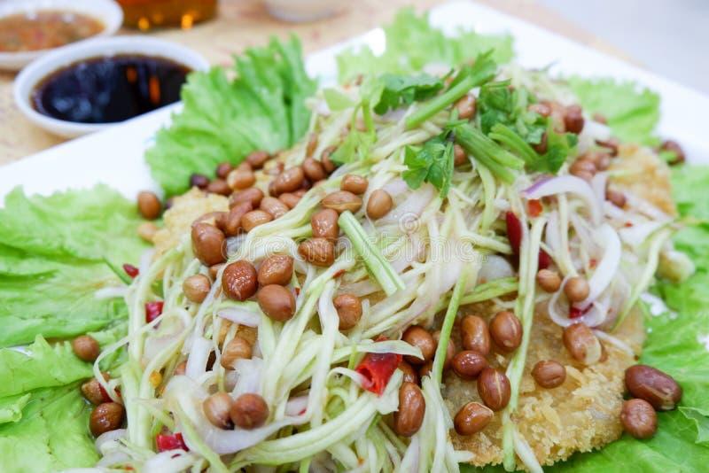 Salade croustillante de poisson-chat avec la mangue verte image stock