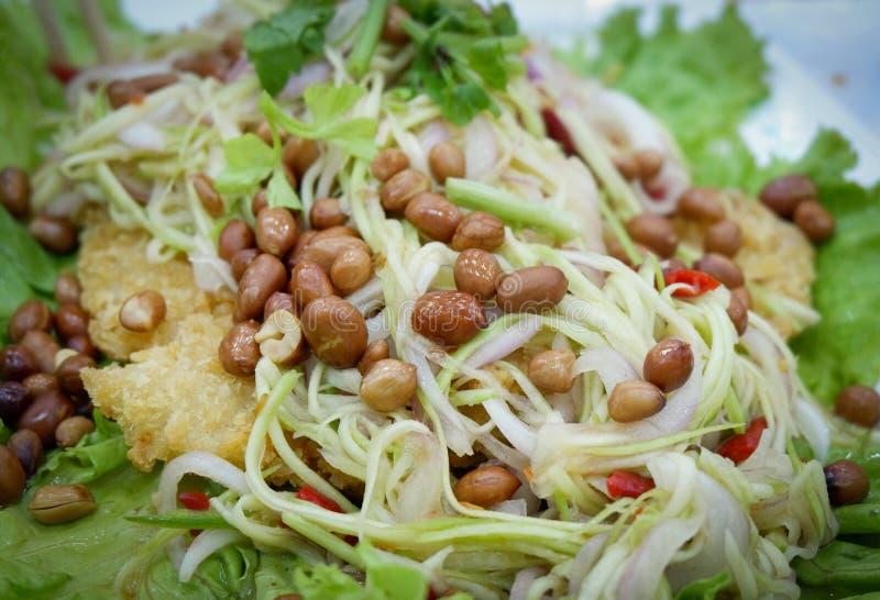 Salade croustillante de poisson-chat avec la mangue verte images stock