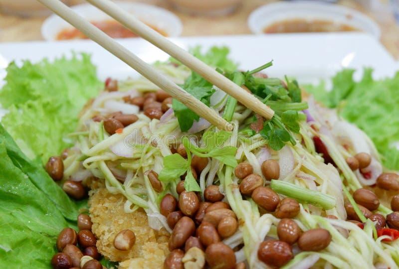 Salade croustillante de poisson-chat avec la mangue verte images libres de droits