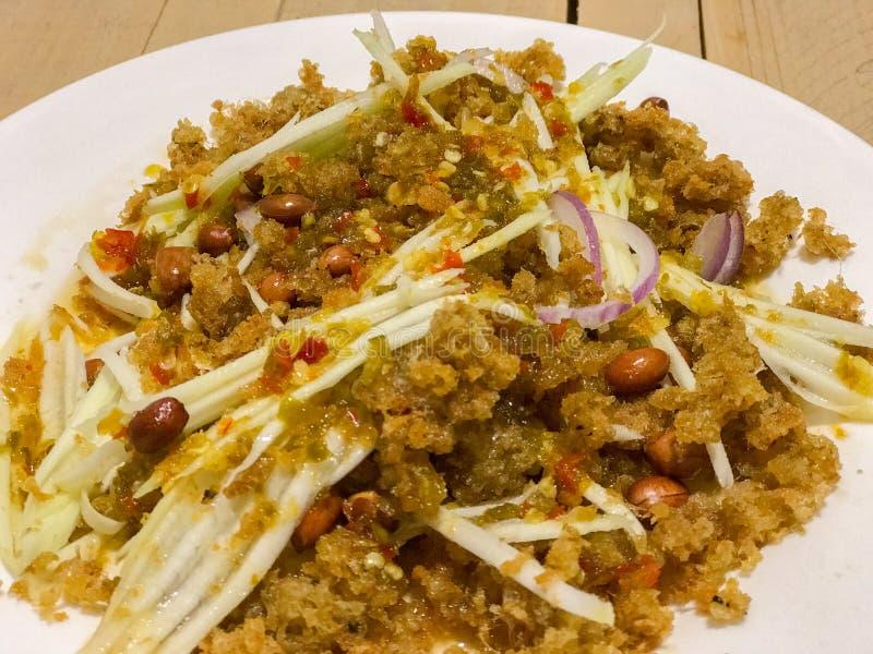 Salade croustillante de poisson-chat avec la mangue verte Salade de mangue mélangée à du Cr photos libres de droits