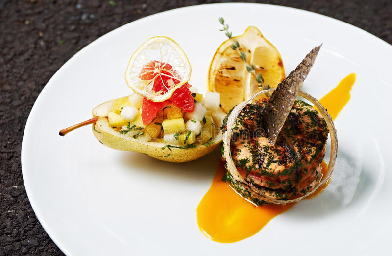 Salade cuite au four de Salmon With Herbs et de poire photos libres de droits