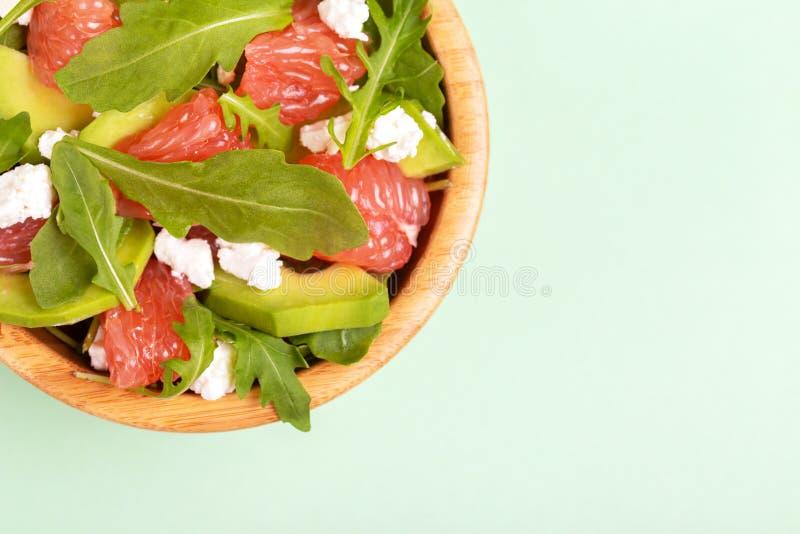 Salade délicieuse avec le pamplemousse, les épinards, le feta et l'avocat image libre de droits