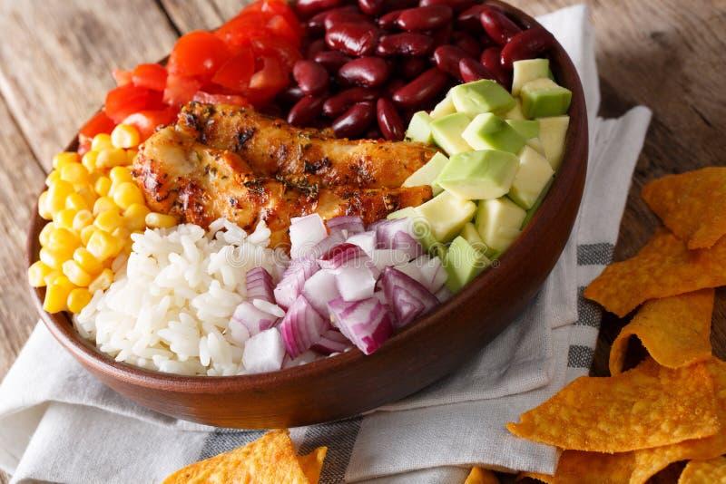 Salade délicieuse avec le poulet, riz, avocat, haricots, tomates, Co image stock
