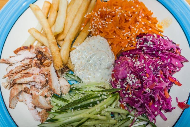 Salade délicieuse des légumes frais avec des épices d'un plat photos libres de droits