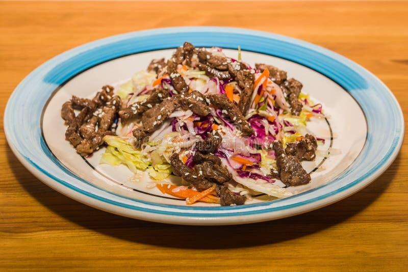 Salade délicieuse des légumes frais avec des épices d'un plat photo libre de droits