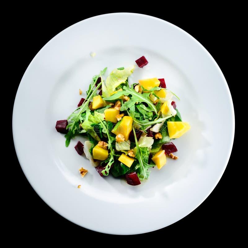 Salade délicieuse et appétissante avec la mangue de betteraves et de fruit dedans photographie stock libre de droits