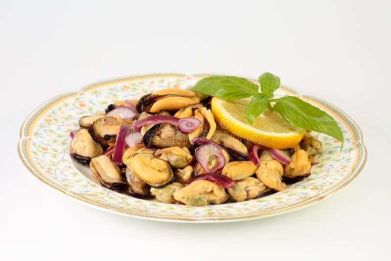 Salade délicieuse faite maison d'été avec les moules, l'oignon rouge, l'huile d'olive, le citron et le basilic images stock