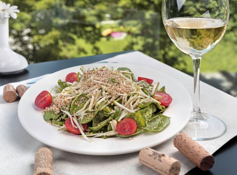 Salade d'épinards de bébé avec le quinoa photo libre de droits