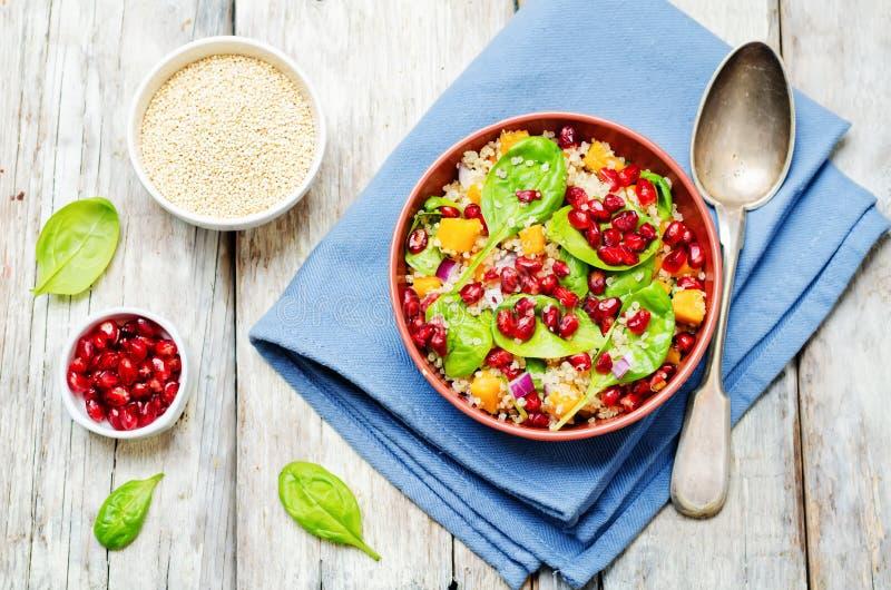 Salade d'épinards de quinoa de patate douce de grenade photographie stock