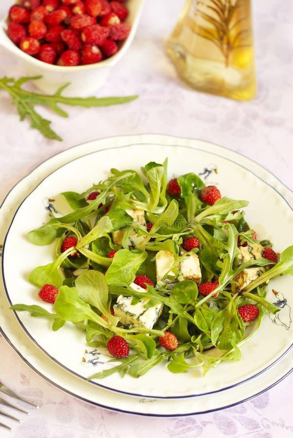 Salade d'été avec le fraisier commun image stock