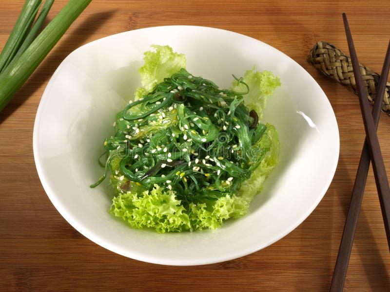 Salade d'algue avec des baguettes - nutrition saine photos stock