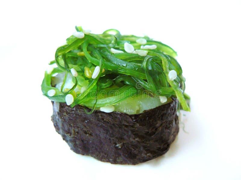 Salade d'algue et petit pain de sushi blanc de sésame photographie stock libre de droits