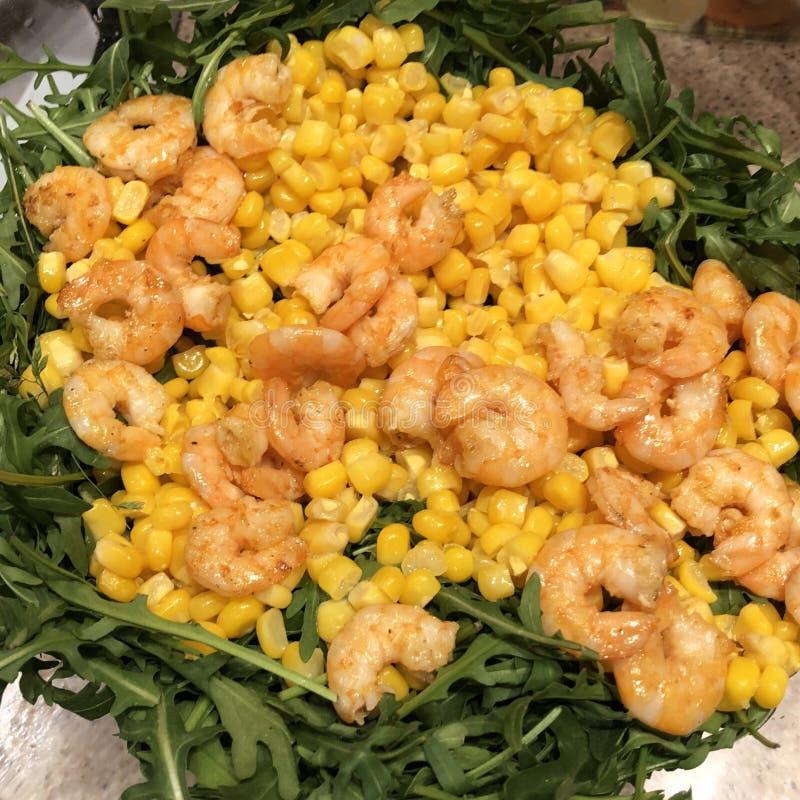 Salade d'amusement avec des crevettes arugula et ma?s de plat photos stock
