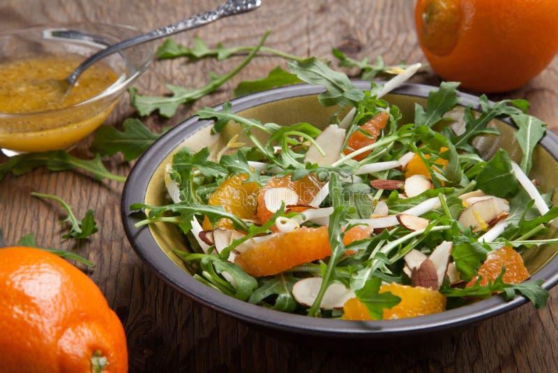 Salade d'Arugula avec le Vinaigrette de mandarine images libres de droits