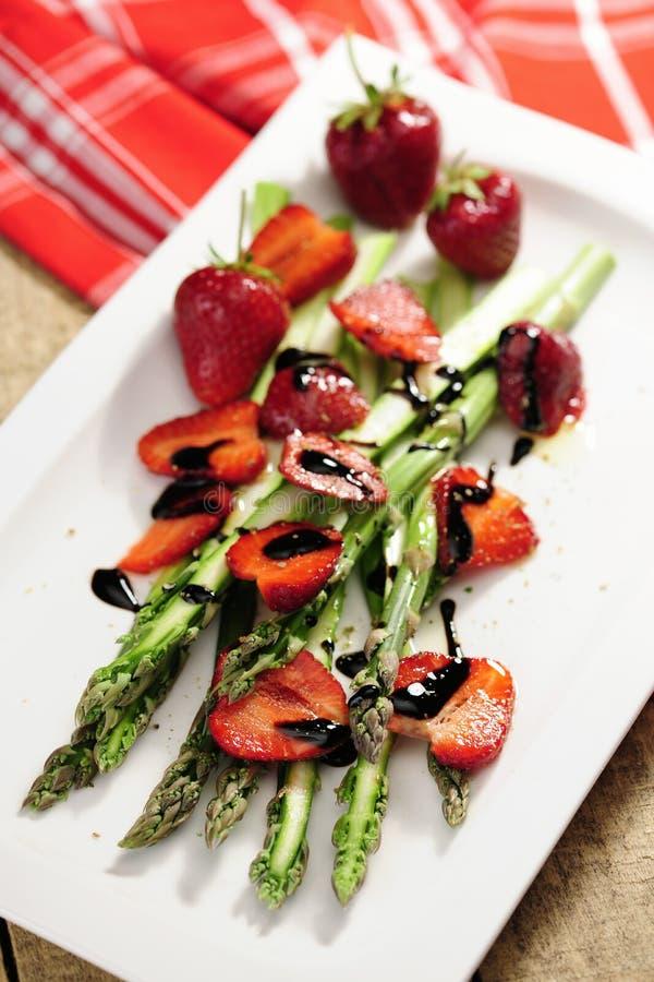 Nourriture : Salade d'asperge et de fraise, balsamico marinée photos libres de droits