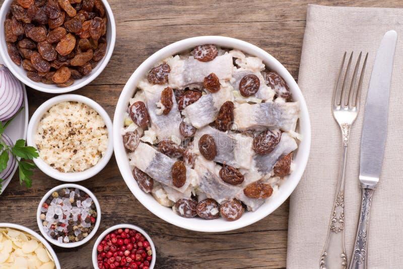 Salade d'harengs avec des rasins, vue sup?rieure images stock
