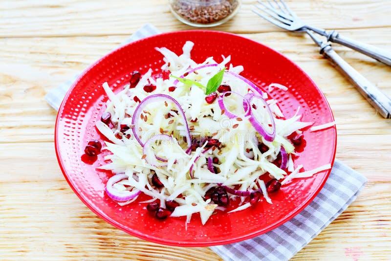 Salade d'hiver avec le chou et la grenade photos libres de droits