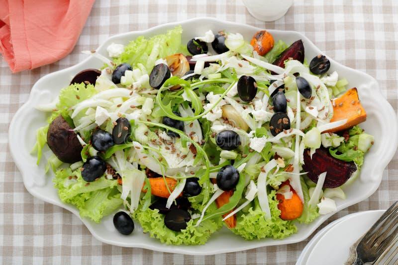 Salade d'hiver avec le fenouil et les betteraves photos stock