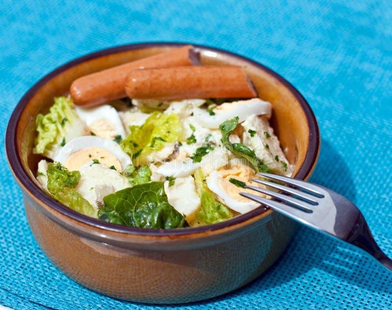 Salade d'oeufs de pomme de terre avec des saucisses photographie stock libre de droits