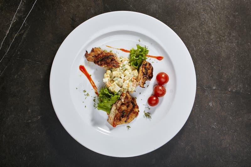Salade d'Olivier avec le poulet grillé photo stock