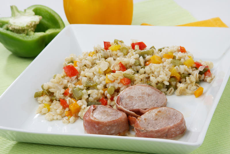 Salade d'orge avec la viande de porc images libres de droits