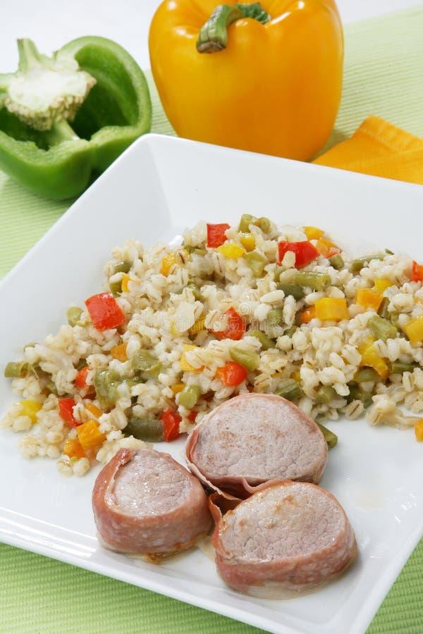 Salade d'orge avec la viande de porc photographie stock