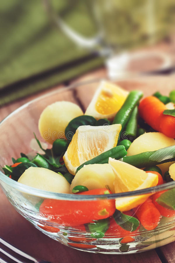 Salade dans la cuvette en verre photographie stock libre de droits