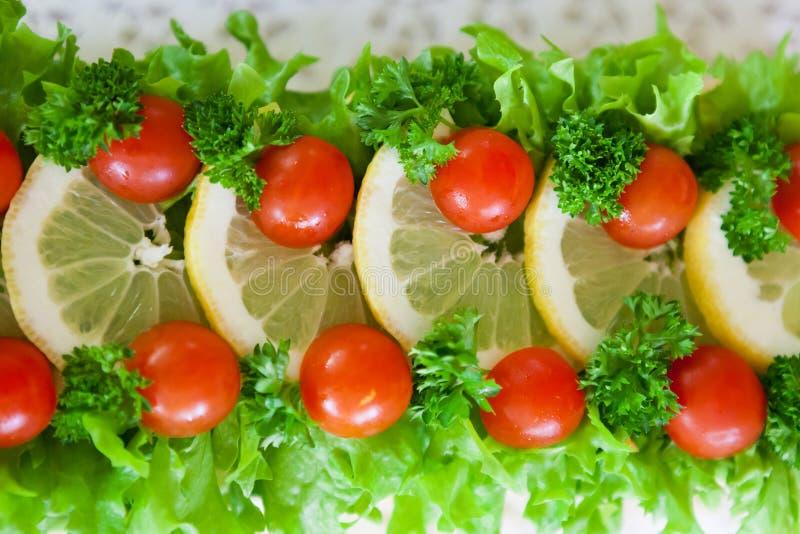 Download Salade Dans Le Dessus Du Gâteau De Sandwich Image stock - Image du délicieux, anniversaire: 56486985