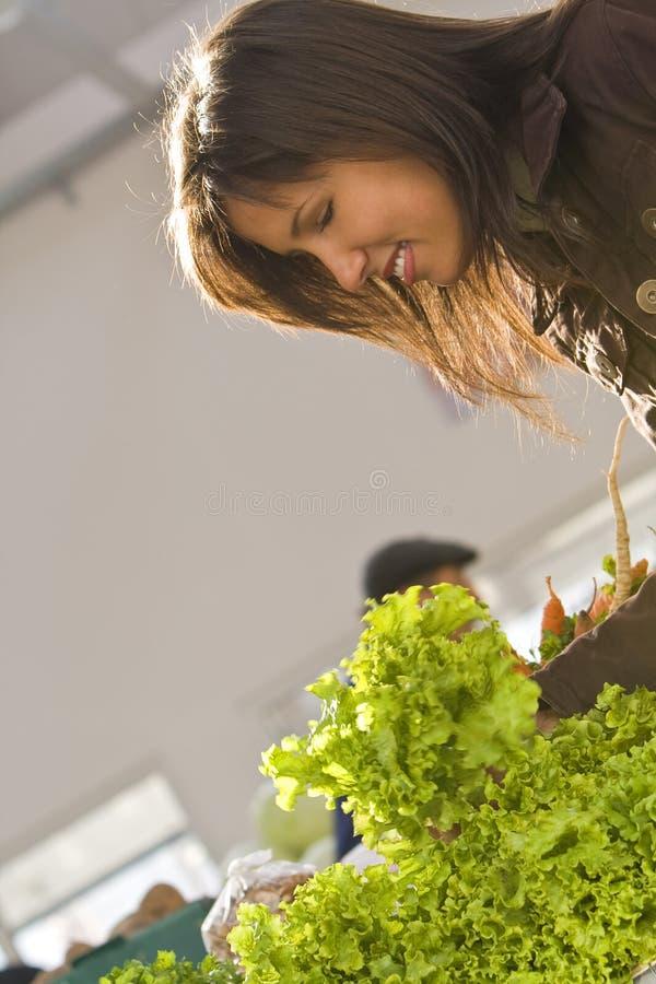Salade de achat de femme photos stock