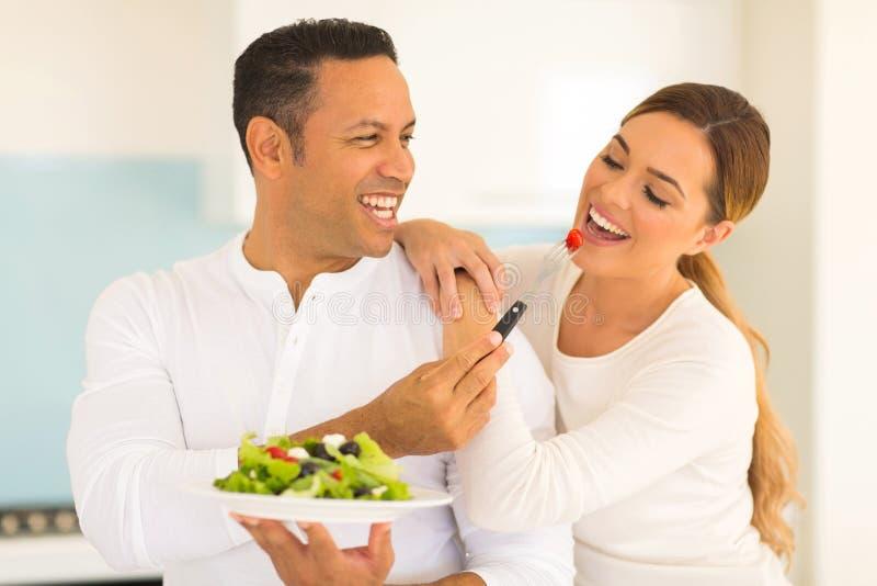 Salade de alimentation d'épouse de mari photo stock