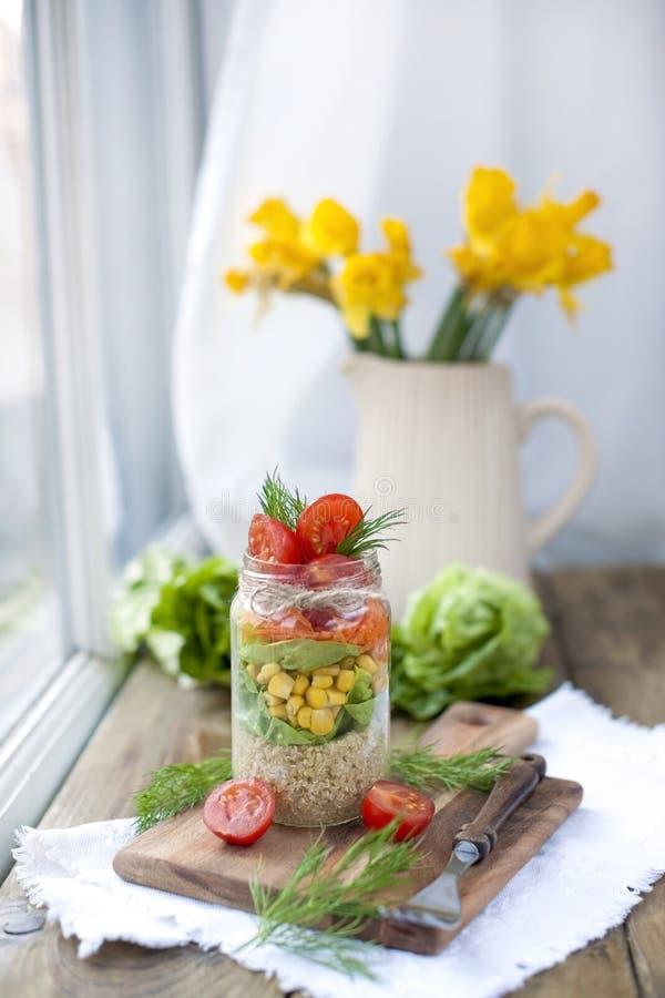 Salade in de bank op de lijst door het venster Heerlijk gezond voedsel van de lentegroenten royalty-vrije stock afbeeldingen