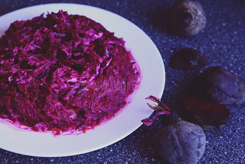 Salade de betterave sur la table dans un style rustique Le dîner de mariage avec de la viande de roulis a fumé et des tomates photo stock