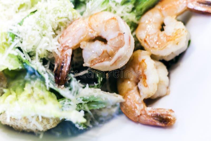 Salade de César avec des crevettes du plat blanc dans le restaurant images stock
