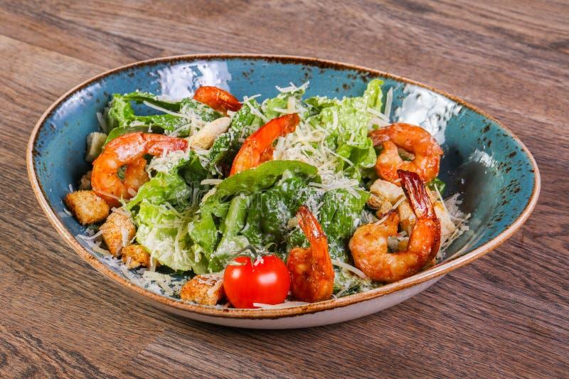 Salade de César avec des crevettes photo libre de droits