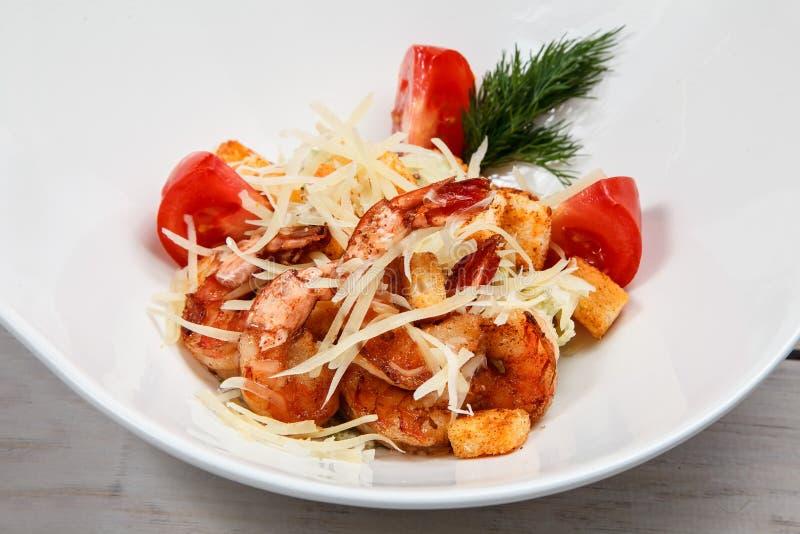 Salade de César avec des crevettes roses de roi photo libre de droits
