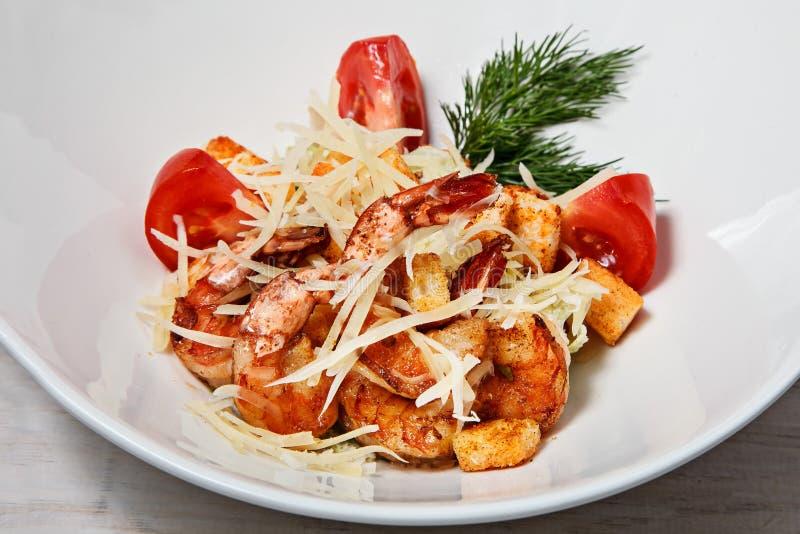 Salade de César avec des crevettes roses de roi photo stock