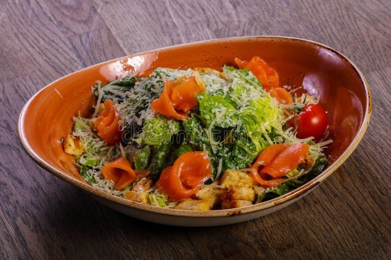 Salade de César avec des saumons images stock