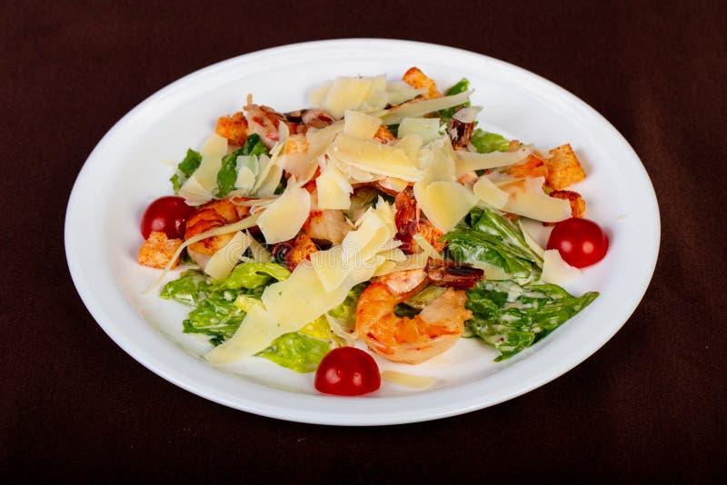 Salade de César avec la crevette rose photographie stock libre de droits